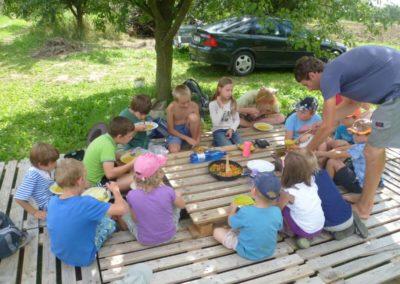 Děti při obědě