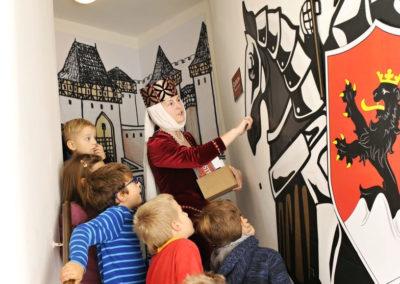 děti při výkladu o středověku