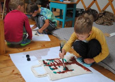 děti při kreslení tašek